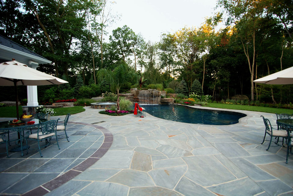Natural stone patio wall design for pools landscaping nj for Pool design hamilton nj
