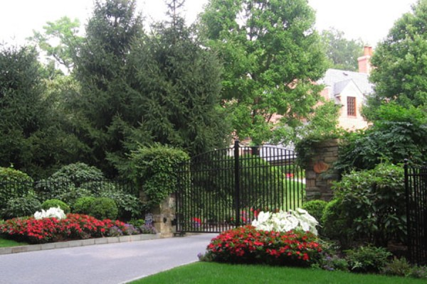 curb appeal landscaping maintenance 600x400 Estate Management  Pool, Lawn & Garden Maintenance
