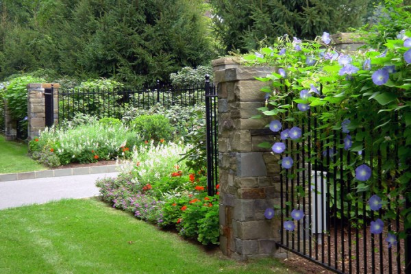 front gate landscaping maintenance 600x400 Estate Management  Pool, Lawn & Garden Maintenance