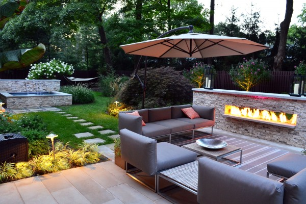 modern outdoor fire feature stone wall 600x400 Outdoor Fireplace & Fire Pits