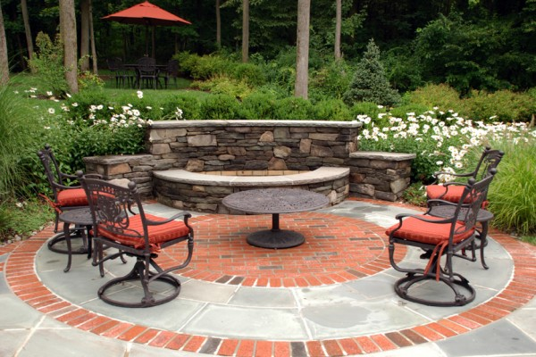 outdoor fire feature patio design 600x400 Outdoor Fireplace & Fire Pits