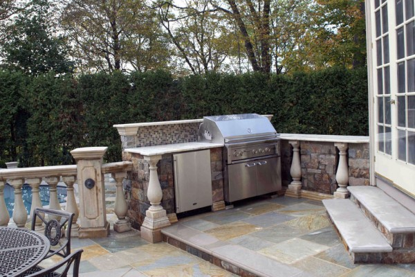 outdoor kitichen glass tile accent design 600x400 Outdoor Kitchens  Design & Construction