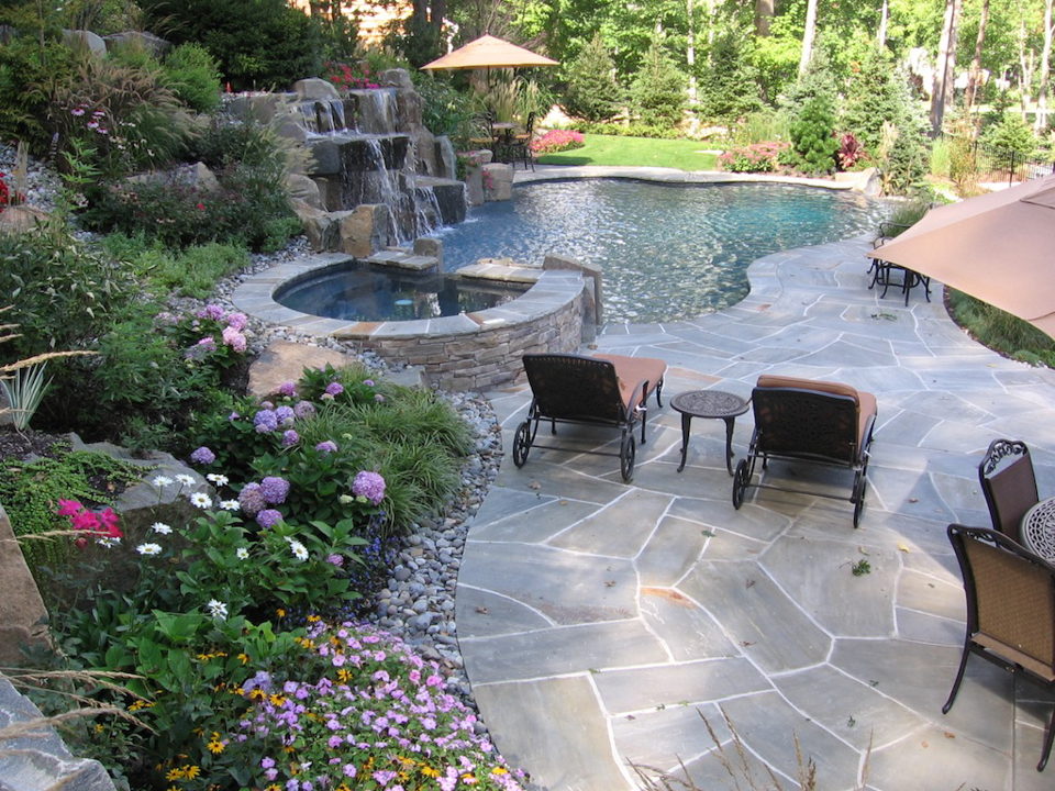 Infinity edge pool saddle river nj cipriano landscape for Swimming pool patio designs